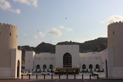 big bus tours at palace