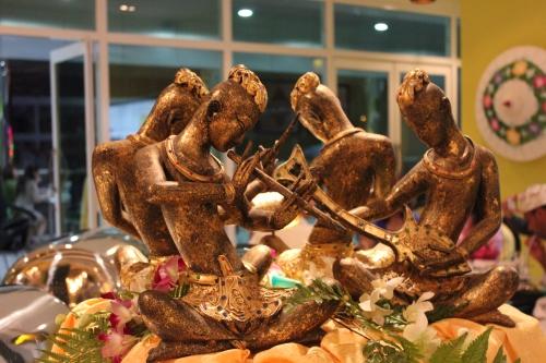 buffet statue
